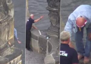 Muž chtěl skočit z Karlova mostu do Vltavy. Strážník městské policie ho zlanařil nabídkou cigarety.
