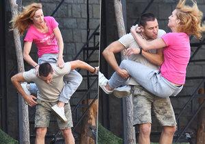 Hana Vagnerová s Martinem Písaříkem předváděli akrobatické kousky. Herečka se sotva udržela.