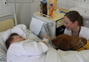 Tereza Hošková s Wicky pomáhá nemocné pacientce.