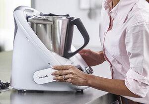 Thermomix TM5 od společnosti Vorwerk nahradí 12 kuchyňských pomocníků.