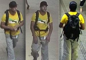 Muž ve žlutém tričku a teplácích ukradl seniorce peněženku. Policie po zloději pátrá.