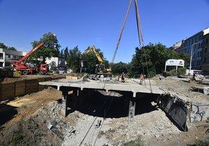 Dělníci na stavbě připravují část mostu k vyzvednutí.