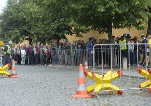 Bezpečnostní kontroly na Pražském hradě: Fronta návštěvníků v policejním kordonu