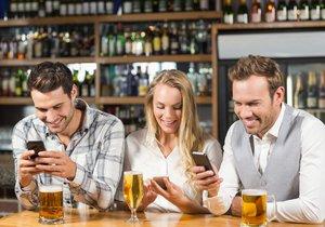 Konec mobilů u piva? Češi by to přivítali (ilustrační foto).