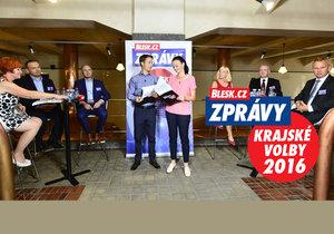 Účastníci debaty v Plzeňském kraji u stolků zleva: Ivana Bartošová (KDU-ČSL), Martin Baxa (ODS), Josef Bernard (ČSSD), Ilona Jehličková (TOP 09), Karel Šidlo (KSČM) a Miloslav Zeman (za ANO). Spolu s nimi moderátoři Tomáš Polák a Zuzana Štíchová