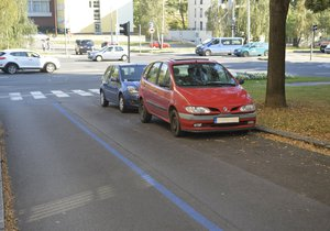 V ulici Pod Drinopolem chybí značka určující parkování. Modré zóny jsou tu přesto vyznačeny a řidiči je ignorují.