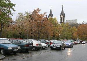 Parkování na Karlínském náměstí bude pro přespolní nově zpoplatněné.
