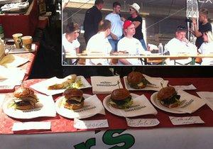 Vladimír z Ostravy (v červené kšiltovce) vyhrál soutěž v pojídání burgerů. Na Burgerfestu mohli lidé navštívit desítky stánků s těmito pochutinami.