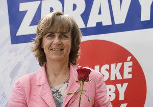 Poslankyně Jitka Chalánková z TOP 09 chce být v Olomouckém kraji hejtmankou. Růže, kterou drží v ruce, jí před vysíláním donesl její politický konkurent v kraji - Oto Košta z hnutí ANO.