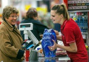 Pokladní a prodavači v obchodech si budou moci užít volno (ilustrační foto).