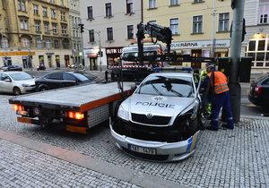 Pondělní ráno v Praze nezačalo příznivě. Před budovou Národní galerie v Praze havarovalo policejní auto.