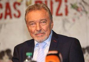 Karel Gott oznámil na tiskové konferenci, že před novináři nestojí jako zpěvák.