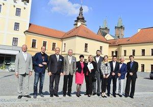 Debata Blesku v Hradci Králové: Family foto lídrů stran a hnutí pro krajské volby 2016. Společně s moderátory