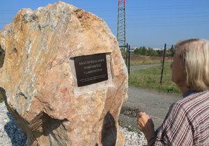 400 tisíc pohřbených: Středověké pohřebiště u Lahovic poznáte podle sedmitunového pomníku
