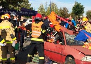 Hasiči před obchoďákem vyprošťovali osoby z nabouraných aut: Před cvičením nevěděli, do čeho jdou