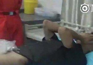 Osmnáctiletému Číňanovi se zasekl penis ve snubním prstýnku. Vysvobozovat ho museli hasiči.