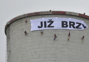 Aktivisté Greenpeace obsadili věž elektrárny Chvaletice.