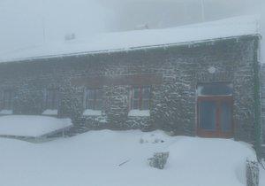 Dnes ráno v 8 hod byla celková sněhová pokrývka 38 cm, sněží a teplota - 1.5 °C, díky nárazovému větru se zde vytvářejí 60 - 70 cm sněhové závěje.