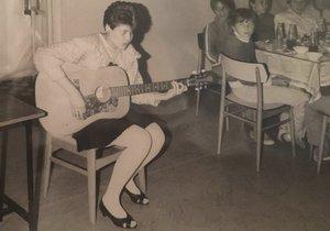 Poznáte zpěvačku na snímku?