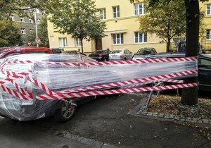 Někdo se pěkně vyřádil. Auto zafólioval ke stromu. Majitele zřejmě čeká velké překvapení.