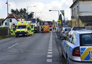 Tragická nehoda v Újezdu nad Lesy: Náklaďák srazil stařenku, nehodu nepřežila