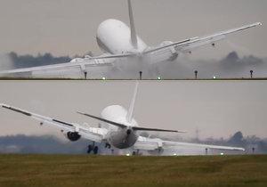 Cestující při přistání boeingu v Praze zažili nepříjemné chvíle.