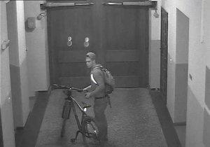 Podezřelý muž, který vykradl byt studentům na Křižíkově ulici. Pokud ho znáte, volejte 158.