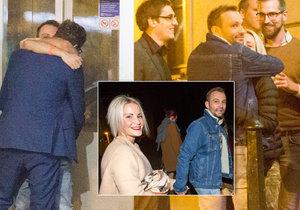 Loni si Marek Dědík spletl náruč a líbal muže, teď se držel přítelkyně jako klíště.