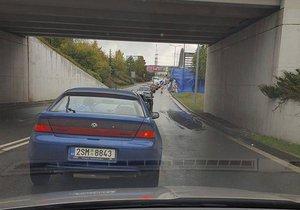 Kolaps před vjezdem na parkoviště u Metropole Zličín: Řidiči čekají i hodinu v kolonách
