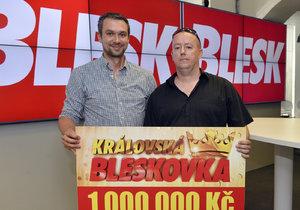 Výherce milionu Martin Skýba (vpravo) se šéfredaktorem Blesku Radkem Lainem.