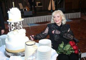 V Hiltonu byl připravený třípatrový narozeninový dort.