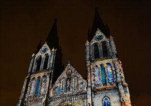 Kostel na náměstí ožil barvami za doprovodu originální hudby.