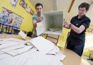 Komisaři začínají sčítat hlasy (archivní foto).
