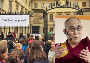 Hradčanské náměstí se zaplnilo lidmi, kteří chtějí vidět tibetského duchovního vůdce.