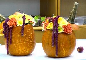 Netradiční podzimně laděné květinové aranžmá vypadá skvěle.