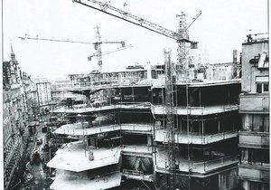 Staveniště během výstavby OD Kotva