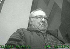 Tento muž vybral seniorovi z účtu 150 tisíc korun. Teď se přišel přiznat.