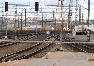 Nestihl přeběhnout koleje! Chodce v Kolovratech srazil vlak: Hasiči evakuovali 130 lidí