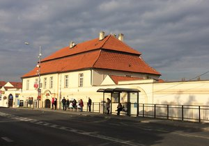 Poštovní stanice v Běchovicích je obrovské sídlo.