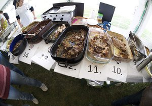 Lidé budou v Hájku u Uhříněvsi soutěžit v pečení kachen. Vítěz získá skleněnou