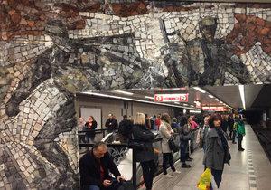 Mozaika ve stanici metra Florenc vyobrazuje bitvu o Sokolovo.