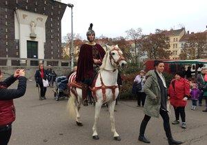 Svatý Martin dorazil konečně na náměstí Jiřího z Poděbrad. Lidé ho zdravili i fotografovali.