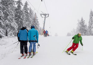 Tisíce lyžařů zaútočily na česká horská střediska, sněhu je dost.