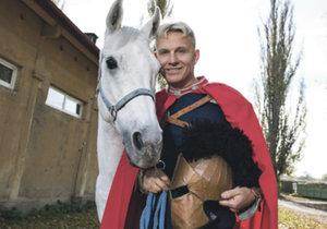 """""""Čím jsem starší, tím víc jsem spíše na zemi než na koni,"""" říká Martin Maxa."""