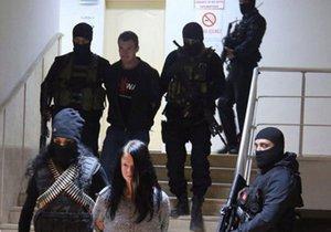 Policie odvádí zatčené Čechy v Turecku.