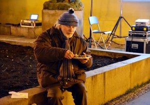 Jaké to je stát se bezdomovcem? Pražané si mohou vyzkoušet přespat na ulici