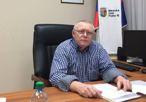 Starosta Prahy 10 Vladimír Novák má v kanceláři křišťál či pět aut. Svůj post však v roce 2018 neobhájil.