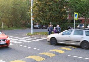 Rodiče s dětmi v Hostivaři zmapovali nebezpečná místa: Nelíbí se jim přechody a rychlost aut