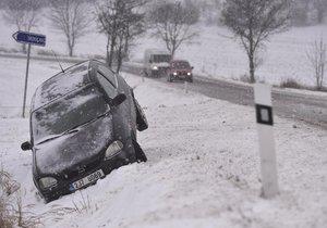 """Zmrzlé a zasněžené silnice """"dusí"""" řidiče. Mráz zůstane až do Vánoc"""