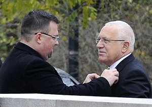 Jindřich Forejt upravuje kravatu prezidentu Václavu Klausovi (28. 10. 2009).